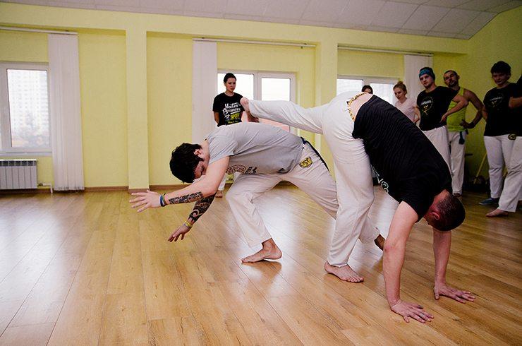 События  Босоногий парень капоэйру танцевал