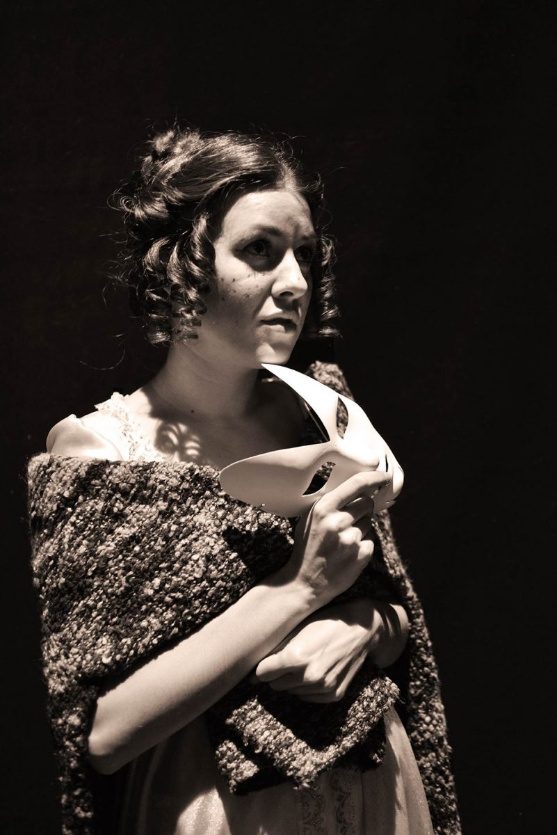 Мария Землякова наблюдает за репетицией.