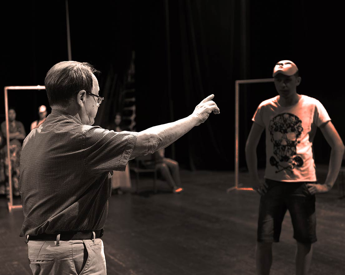 В голове у режиссера Юрия Бурэ рождается спектакль, а актеры - внимают.