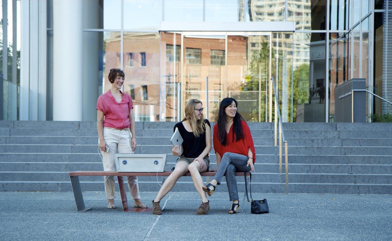 События  Перестройка: скамейки с зарядками для гаджетов