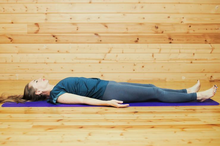 Темы  13 йога-упражнений, которые помогут войти в русло после праздников, даже если ты не йогин
