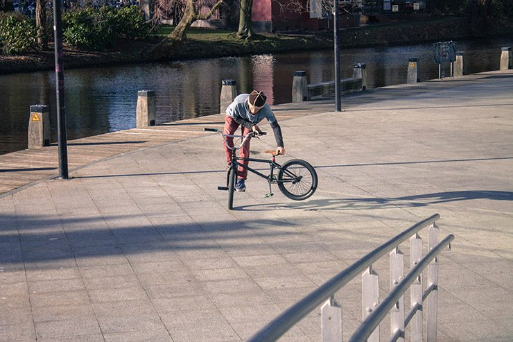 Люди  Амстердам: велосипеды, террасы, День Короля